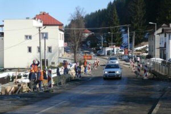 Práce na moste v Čiernom načas prerušili, v súčasnosti v nich cestári pokračujú.