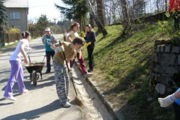 Prírode sa snažia pomôcť aj školáci.