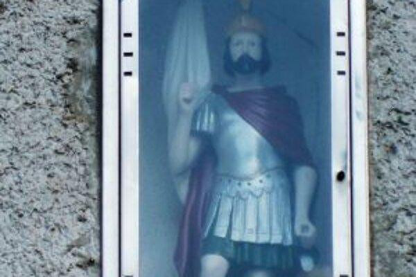 Svätý Florián, ktorý bol istý čas aj trpaslíkom, má už dnes svoj domov nad dverami požiarnej zbrojnice.