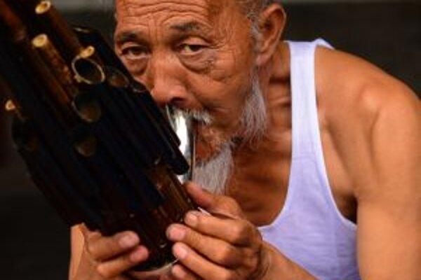 Tento čínsky starček predvádzal svoj talent pri pamiatke Temple of Heaven. Nebol sám ani na chvíľu. Vždy sa našli nadšenci, ktorí si s radosťou vypočuli jeho zvláštnu hudbu.