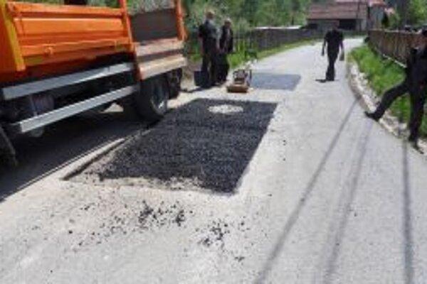 Havarijný stav cesty v Hlinenom chcú odstrániť do 30. júla.
