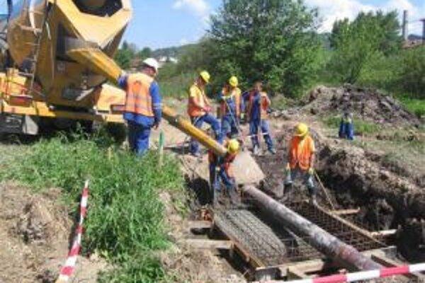 V rámci prác na obchvate Čadce sa robí aj prekládka kanalizačného zberača.
