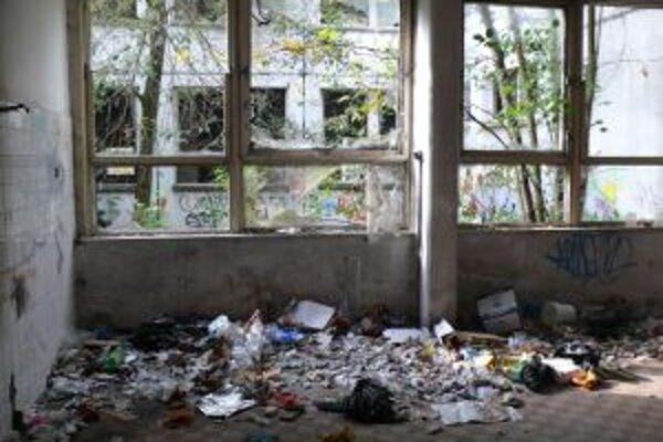 V bývalej materskej škole šarapatia vandali, občas sa tam utiahnu aj bezdomovci.