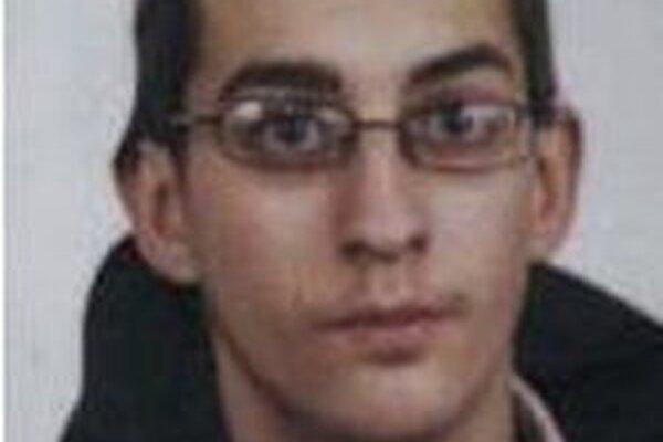 Dvadsaťdvaročného mladíka hľadá polícia pre podvod.