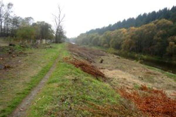Pracovníci mesta budú až do novembra čistiť brehy Kysuce.