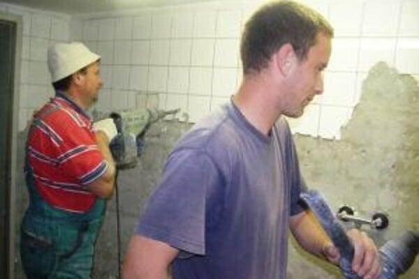 V rámci prác menia nielen obklady a sanitu, ale aj rozvody a vzduchotechniku.