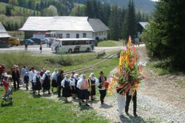 Múzeum kysuckej dediny otvorili v nedeľu 3. mája a tak, ako každý rok, i tento s programom Stavanie mája.