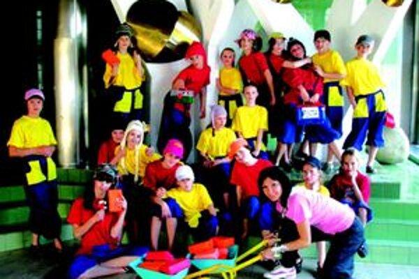 Tanečníci zo súboru JOJA zaujali porotu nielen skvelou tanečnou choreografiou, ale aj kostýmami.