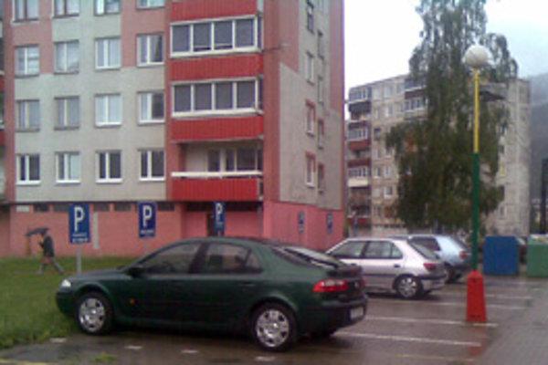 Na tejto ulici v Krásne nad Kysucou prepichli vandali kolesá. Podľa Nového Času zničili viac ako 45 pneumatík.