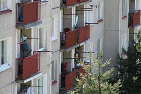 Obyvatelia na sídlisku včera radšej zatvárali okná a na balkónoch nevysedávali. Dôvodom boli včely.