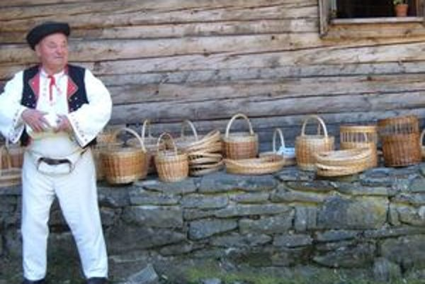 Ukážku výrobkov z prútia predstavil aj pán Šulek.