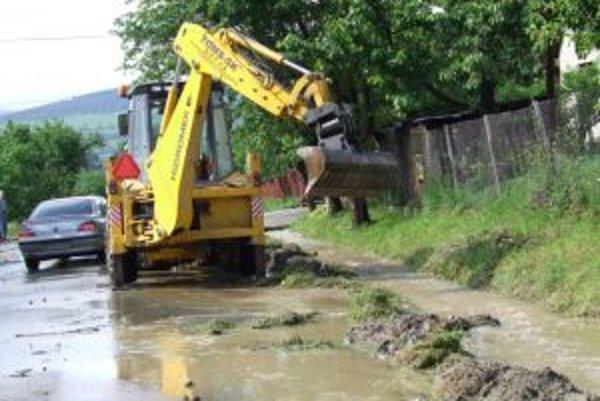 Na odstraňovaní škôd pracujú aj v Radôstke. Tam takisto trvá tretí povodňový stupeň.