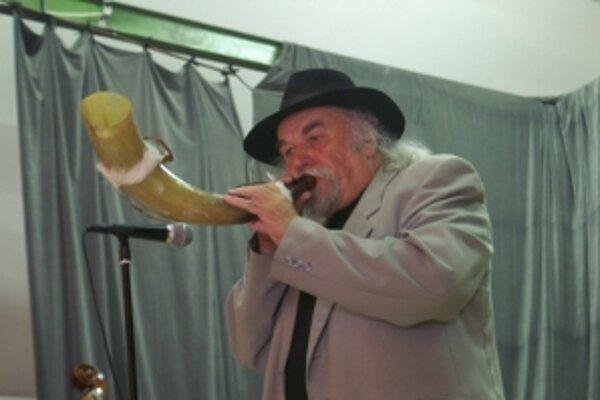 Pavol Kužma. Počas prednášky dokumentoval svoje slová živými ukážkami hry na jednotlivých nástrojoch.