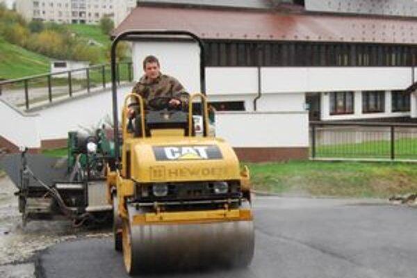 Napriek nepriaznivému počasiu chcú práce na parkovisku v priebehu dvoch týždňov dokončiť.