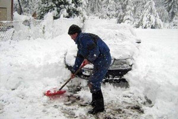 Aby sa obyvatelia Klokočova dostali do práce, museli sa najskôr popasovať so snehom.