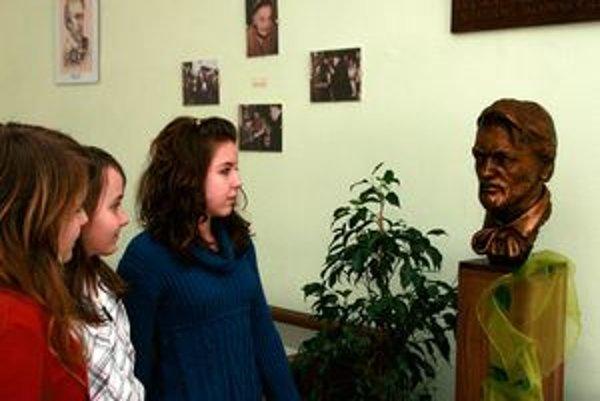V škole našla svoje miesto aj busta Janka Kráľa.