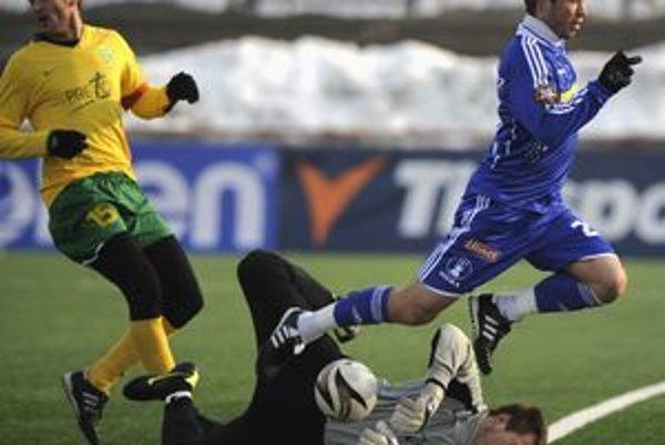 Brankár Martin Krnáč úspešne zasiahol pred Pavlom Šultésom. Žilina porazila na penalty Olomouc a vyhrala Tipsport ligu.
