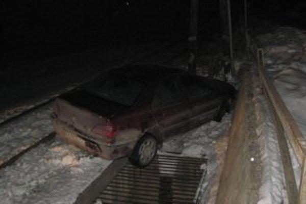 Vozidlu museli pomôcť dostať sa na cestu hasiči.