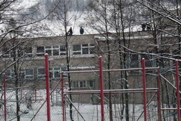 V Skalitom minulý týždeň ležalo ešte množstvo snehu. Ten robil problém aj škole v Kudlove, ktorá má rovnú strechu.