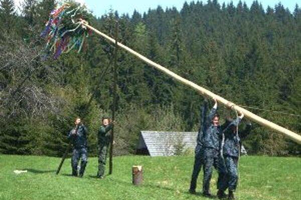 Stavanie mája sa už v skanzene vo Vychylovke stalo tradíciou.