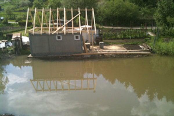 V Kysuckom Novom Meste pri železničnej trati voda zatopila záhradky.