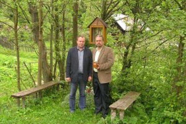 Pod Svätoplukom bude aj zemina z Vysokej nad Kysucou. Na fotografii riaditeľ Miloš Jesenský (vpravo) a starosta obce Ladislav Kubačák.