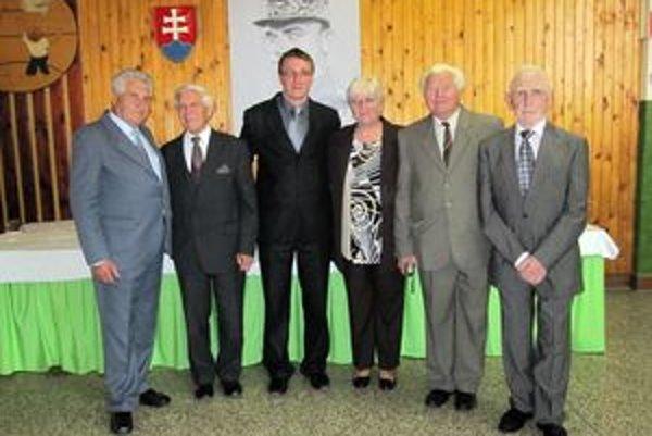 Riaditeľ Ján Studený (vpravo) spomínal ako spolu s učiteľským kolektívom kopali základy pod budovu školy. Na snímke sú aj manželia Galierikovci, bývalý  učiteľ Pagáč či súčasný riaditeľ školy Hlavatý.