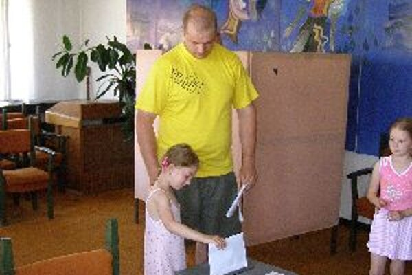 V Ochodnici si viacerí voliči nenechávali  voľby na poslednú chvíľu. V hojnom počte prichádzali už od skorých ranných hodín.