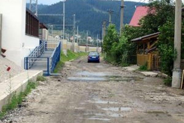 Prístupová cesta do časti Zákysučie je momentálne takmer nepoužiteľná.