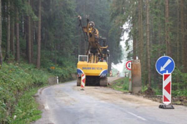 Opravujú juK zosuvu došlo na troch miestach. Jedno za nachádza v katastri obce Svrčinovec a dva v Čiernom.