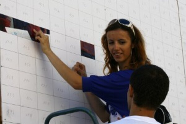 Do skladania sa dnes ráno pustila aj Katarína Vojteková z Turzovky. Je to jej tretí rekord, do ktorého sa počas Beskydských slávností za uplynulé roky zapojila.