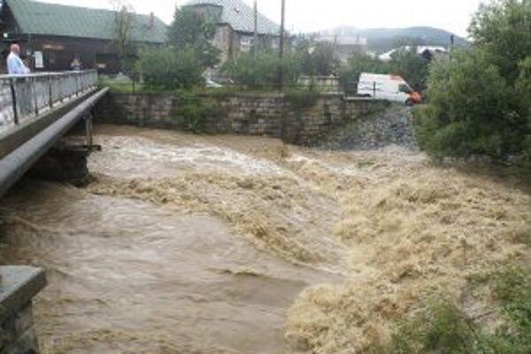 Hladiny riek opäť stúpajú.