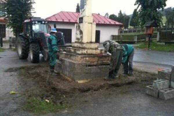 Pamätník vo Vysokej nad Kysucou. Obec ho rekonštruuje svojpomocne s minimálnymi finančnými nákladmi.