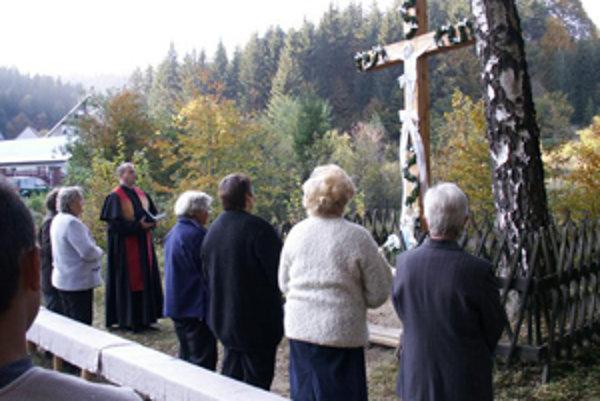 Nový kríž vymenili na vlastné náklady miestne obyvateľky.