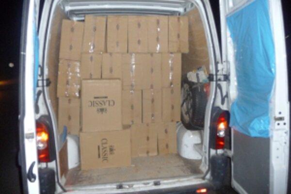 Pri kontole vozidla Renault objavili policajti náklad cigariet s ukrajinskými kolkami.
