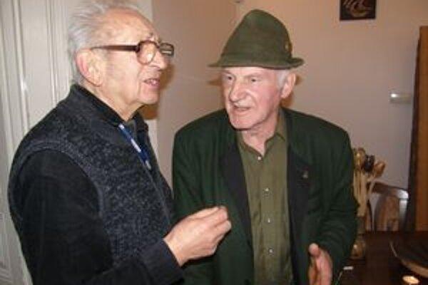 Prezentáciu Kolembusových kníh si nenechal ujsť ani bývalý riaditeľ Kysuckej knižnice v Čadci Miroslav Golis. Na snímke s Martinom Kolembusom.