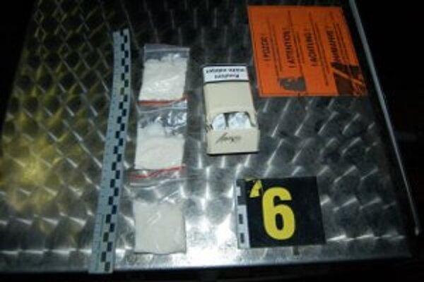 V aute našli policajti tri vrecká s bielou kryštalickou látkou a tri zatavené striekačky.
