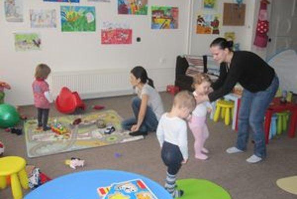 Deti sú v mestskom materskom klube v kolektíve, mamičky si zasa môžu navzájom vymeniť skúsenosti.