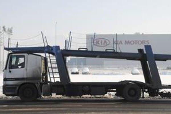 Počas odstávky pre nedostatok plynu čakali pred Kiou prázdne autá. V budúcnosti však medzi Žilinou a Nošovicami pribudnú stovky kamiónov.