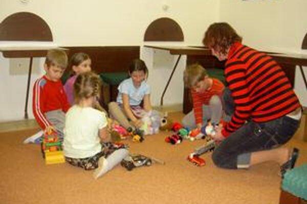 Kým mamičky cvičia, deti sa zahrajú v detskom kútiku.