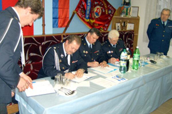 Na výročnej členskej schôdzi podpísali hasiči z Oščadnice zmluvu o spolupráci s kolegami z poľskej Lipovej.