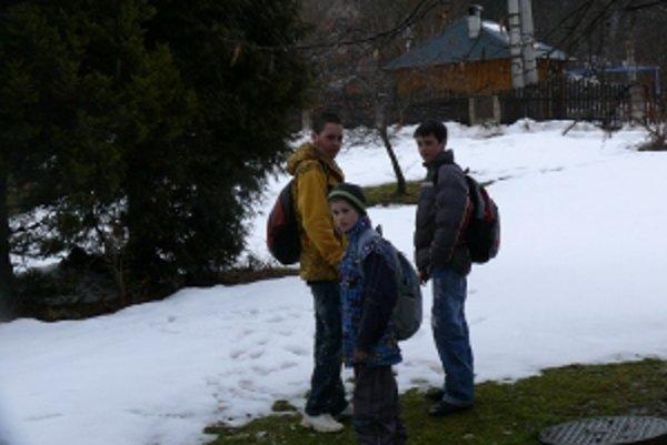 Traja školáci. Ráno musia vstávať oveľa skôr ako ich spolužiaci. Do školy i z nej chodia peši.