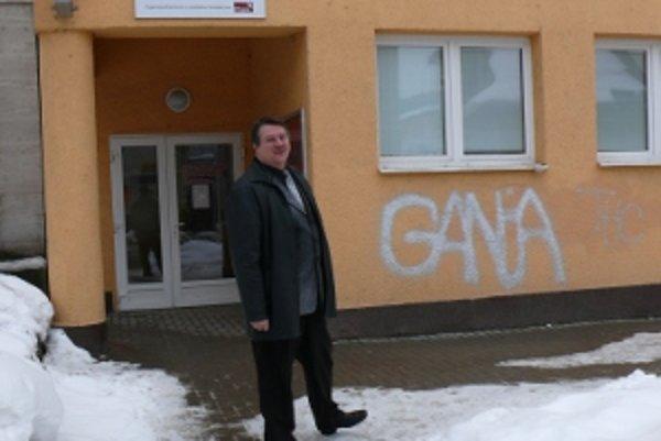 Aj tento nápis na budove Mestského úradu v Turzovke je jej dielo. Primátor Miroslav Rejda hovorí, že chcú v meste vybudovať kamerový systém.