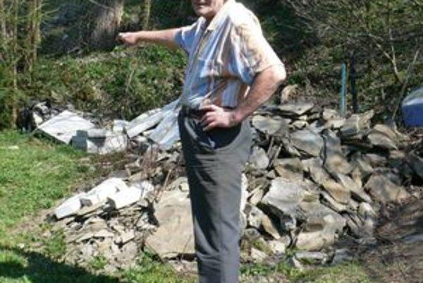 Štefan Lariš (na snímke) hovorí, že zosuv zasiahol aj časť jeho záhrady.