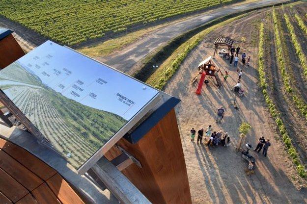 Vyhliadková veža v tvare dreveného suda v Malej Tŕni meria 12 metrov. Ponúka zaujímavé pohľady na zvlnenú krajinu Tokajskej obolasti so vzácnymi vinohradmi.