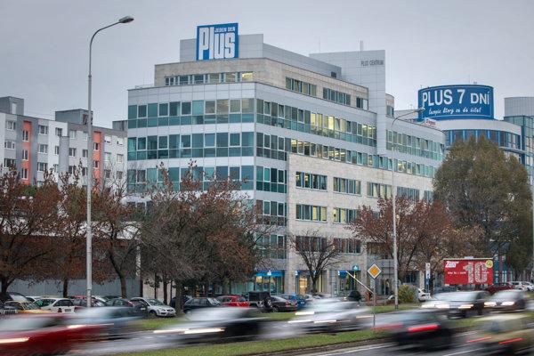 Penta v roku 2014 prostredníctvom holandskej spoločnosti V3 Media Holdings kúpila aj slovenské vydavateľstvo Spoločnosť 7 Plus, ktoré vydáva denník Plus 1 deň alebo týždenník Plus 7 dní.