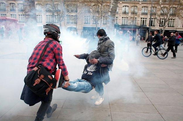 Demonštranti odnášajú zraneného človeka.