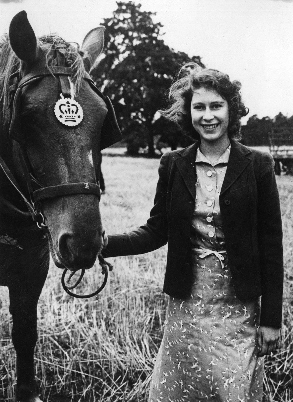 Už ako mladé dievča objavila v sebe vášeň pre jazdu na koni. Prvého poníka dostala od svojho dedka, kráľa Juraja V. už v štyroch rokoch.