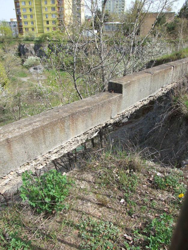Pod touto časťou betónových zábran už pevná zem chýba.