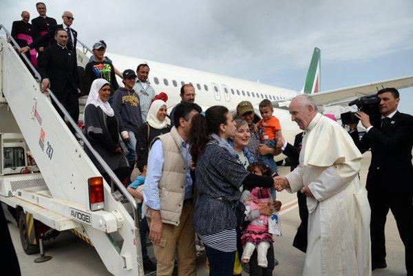 Pápež František s rodinami sýrskych utečencov pred svojím špeciálom.